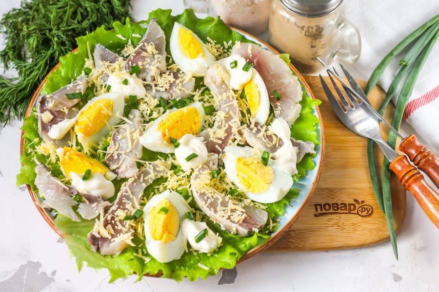 Подайте салат к столу сразу же после его приготовления. Можно дополнить блюдо отварным или запеченным картофелем.