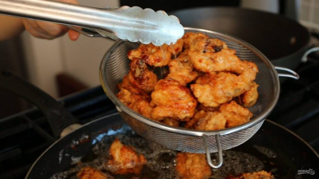 Готовьте курицу еще минут 10-15, переворачивая. Затем достаньте ее.