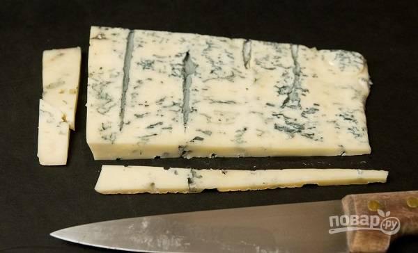 4. Нарежьте сыр.