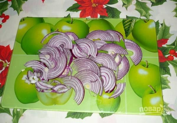 3. А тем временем можно нарезать лук. Лучше всего использовать или сладкий лук, или замаринованный (можно мариновать его буквально несколько минут, чтобы убрать горечь).