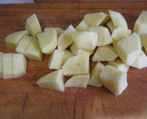 5. Также нарежьте картофель.