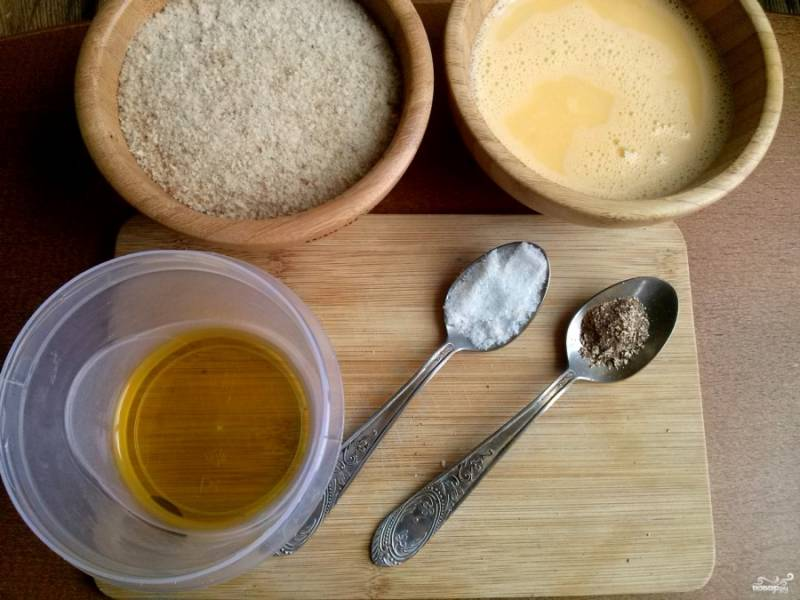 Для панировки взбейте яйца, панировочные сухари просейте через сито. Подготовьте соль и молотый перец.
