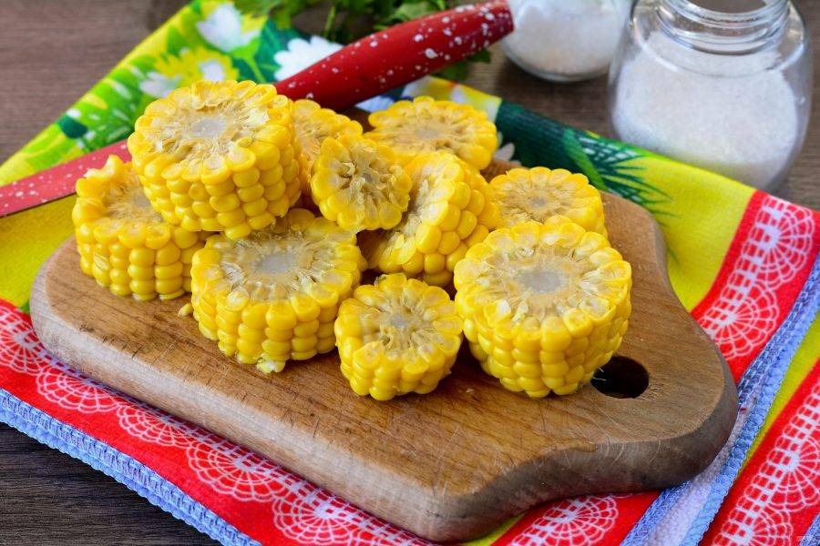 Вареную кукурузу нарежьте на средние части, чтобы удобно было складывать в банки. В таком виде и есть будет лучше. Если будет желание кукурузу можно полностью срезать с кочанов, чтобы остались одни зерна. Но в форме бочонков - это очень интересно.