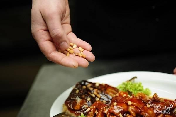 7. Последний штрих - горсть кедровых орешков. Вот и все, блюдо можно подавать к столу. Теперь вы знаете, как приготовить карпа по-китайски и можете повторить рецепт дома.  Приятного аппетита!