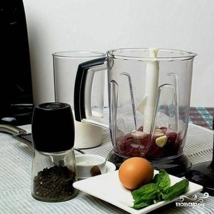 В чашу для блендера складываем печенку, нарезанный шалот и зубчик чеснока. Измельчаем до консистенции пюре.