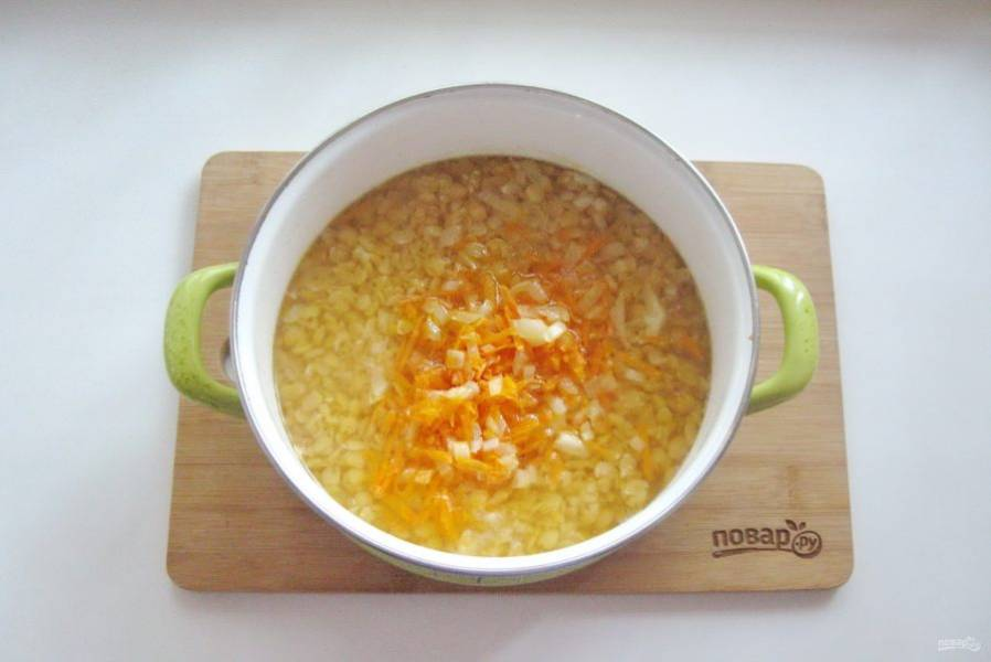 Когда горох в кастрюле будет на стадии полуготовности, добавьте в кастрюлю лук с морковью.