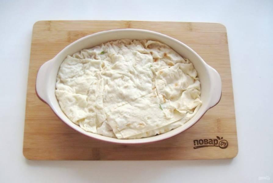 Накройте этими краями пирог в форме.