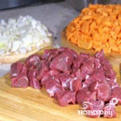 1.Небольшими кубиками нарезаем говядину (примерно 1х1). Очищаем лук и мелко-мелко его нарезаем. Промываем морковь, очищаем и небольшими брусочками ее нарезаем.