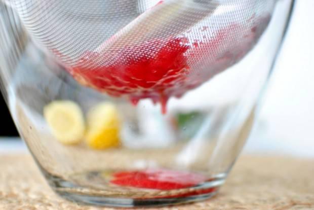 3. Перетрите ягоды порциями.