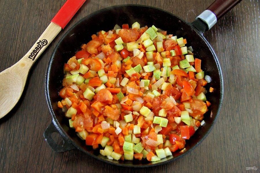 Отправьте содержимое сковороды в кастрюлю. Добавьте по вкусу соль и любимые специи. Варите суп до полной готовности всех овощей.