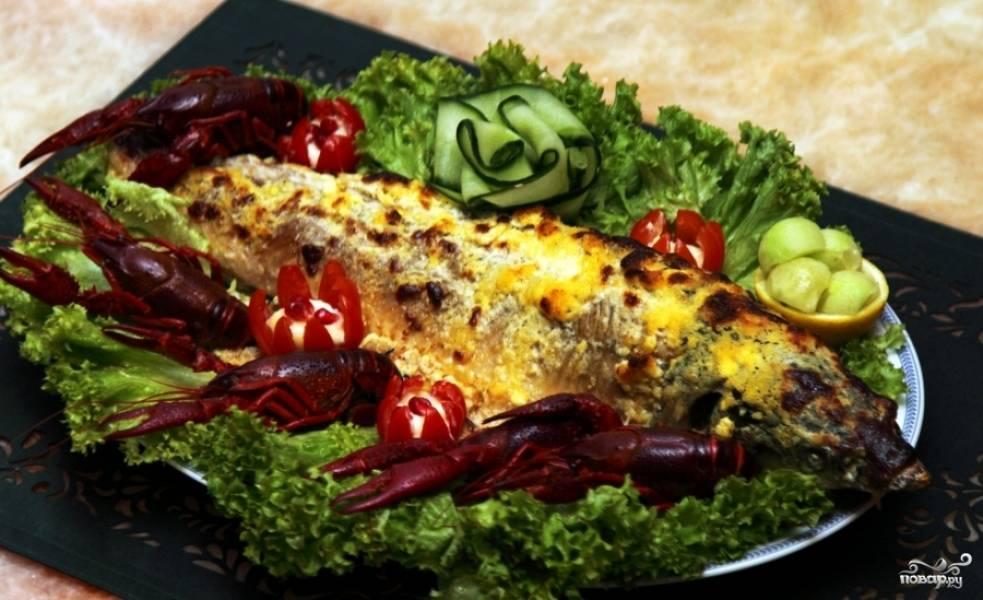 Вытаскиваем осетрину из духовки, аккуратно перекладываем на блюдо, покрытое листьями салата, украшаем овощами и подаем к столу. Приятного аппетита!