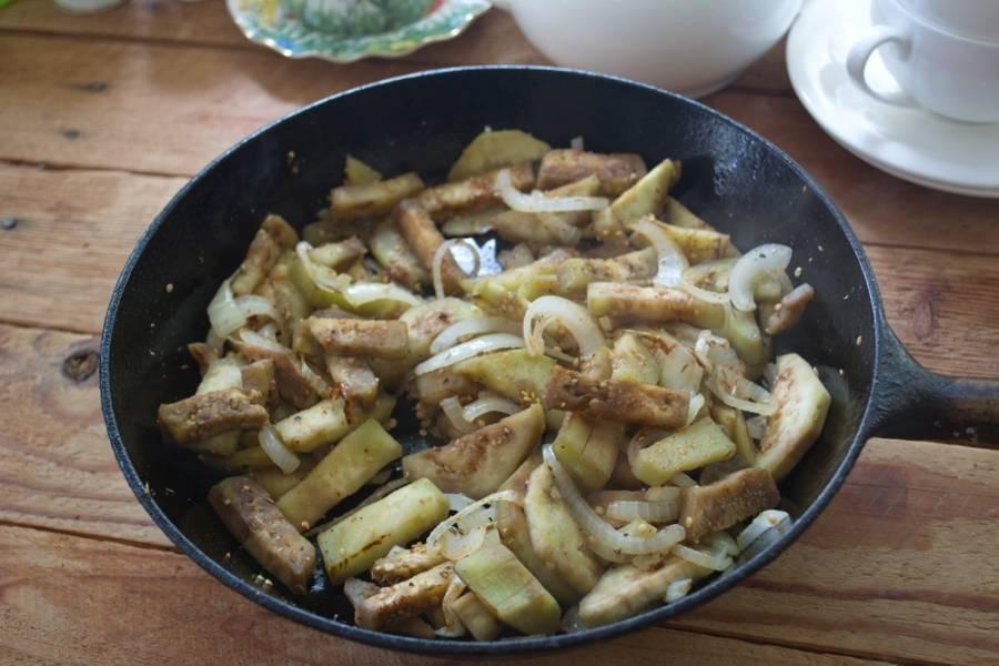 К баклажанам добавьте соль, грибную приправу (или приправу к грибам), немного сахара. Перемешайте.