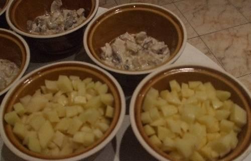 4. Из указанных ингредиентов получается не более 3 горшочков. Запекаем их в разогретой духовке около 30-40 минут, после чего даем немного остыть, присыпаем зеленью и подаем к столу в горячем виде.