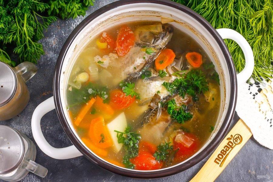 За 3-5 минут до окончания варки всыпьте в бульон измельченную петрушку или укроп, можно добавить листовой сельдерей и чеснок.