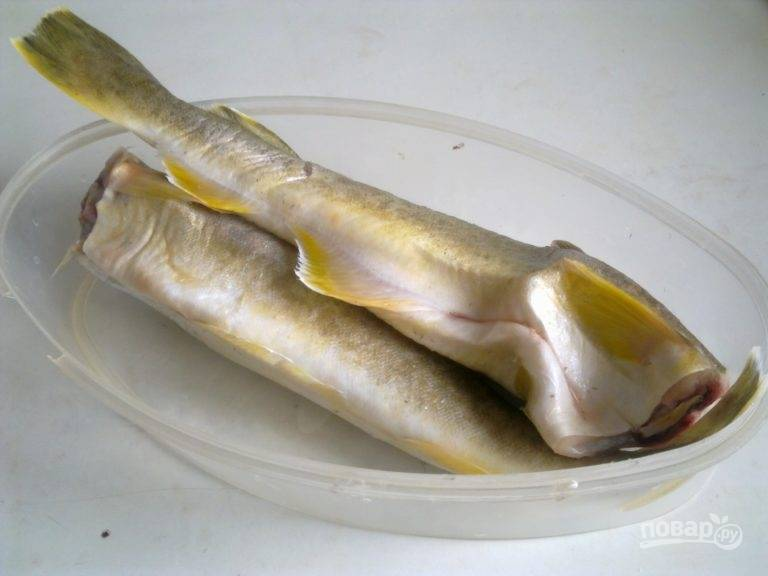 Рыбу разморозьте, удалив головы.