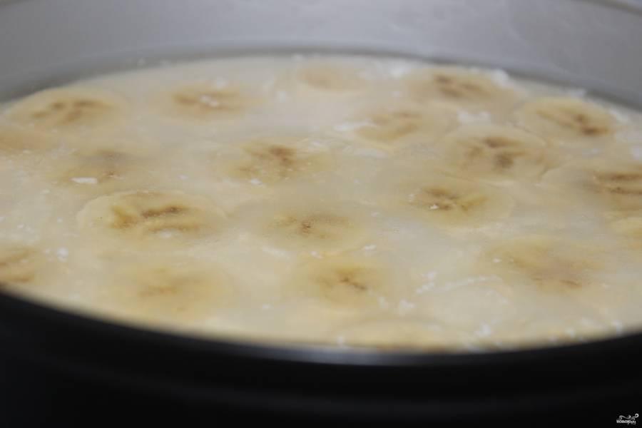 Отправили торт в холодильник, когда он немного застынет, достаньте и выложите колечки банана. Оставшуюся треть желатина немного разведите теплой водой и равномерно покройте ею верх торта.  Снова отправьте его в холодильник часов на 5 (а лучше на ночь), чтобы застыл.