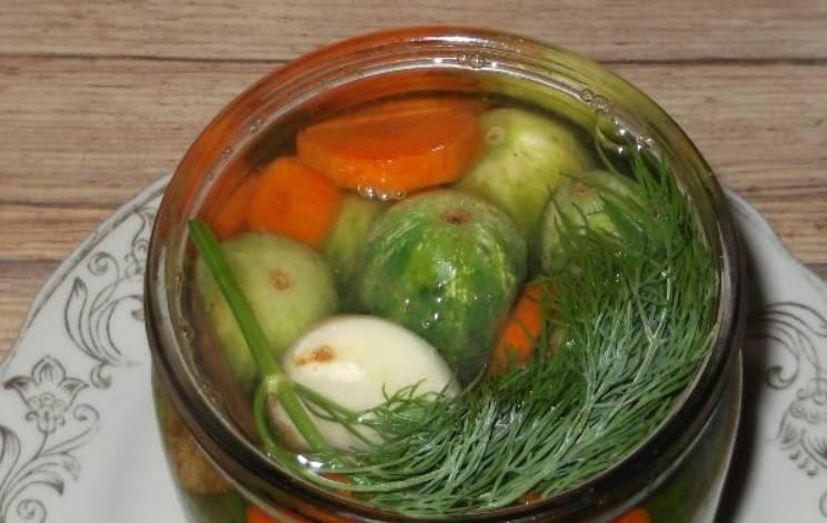 Заливаем кипящим маринадом банки с овощами. Закатываем их крышками и переворачиваем до полного остывания.