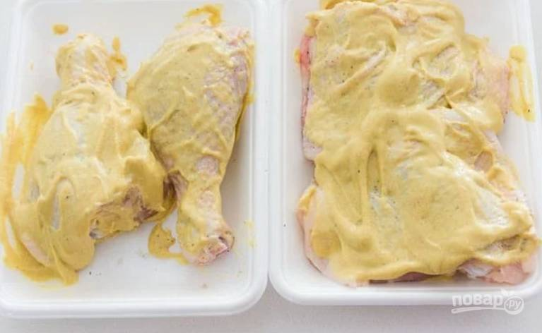 2.Промойте курицу. Посолите, поперчите и щедро обмажьте горчицей.