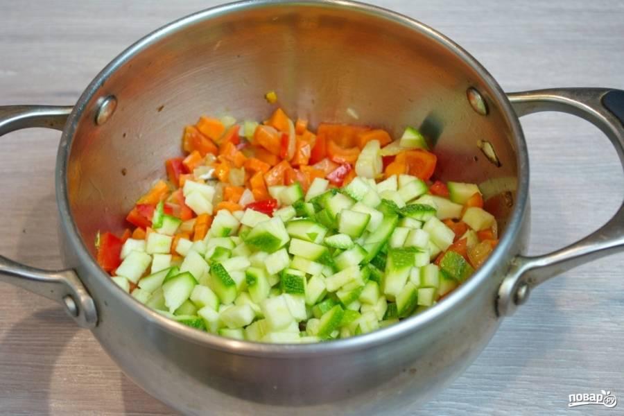 Когда морковь немного обжарится, добавьте кабачок и нарезанные кубиком помидоры, картофель.