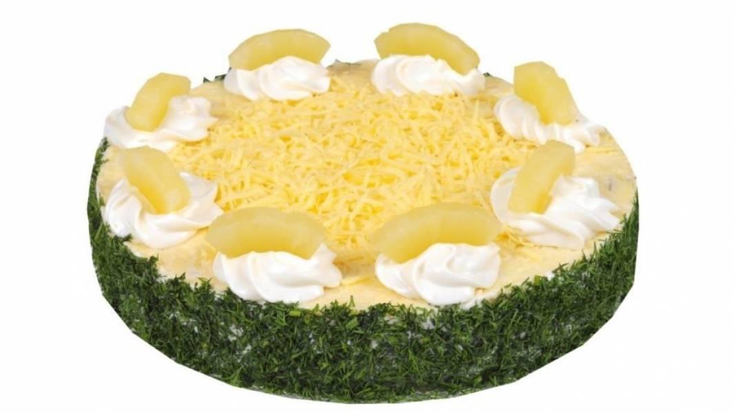 4.  Перед подачей аккуратно снимите кольцо, слегка провернув его. Украсьте салат майонезом, рубленой зеленью, тертым сыром и кусочками ананаса. Приятного аппетита!