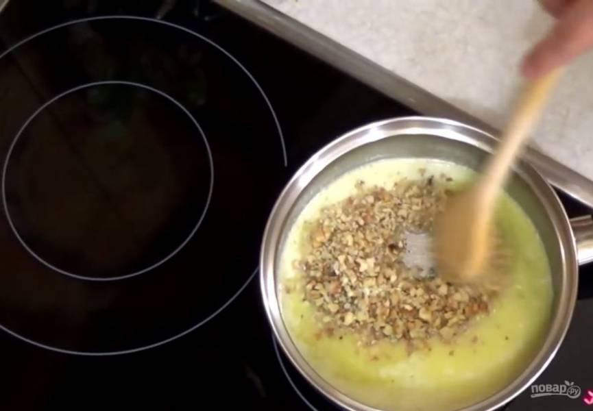 4. Сливочное масло растопите на небольшом огне, добавьте сахар и орехи, хорошо перемешайте. Горячий пирог покройте горячей глазурью и отправьте в еще горячую духовку (но выключите ее) на 30 минут.