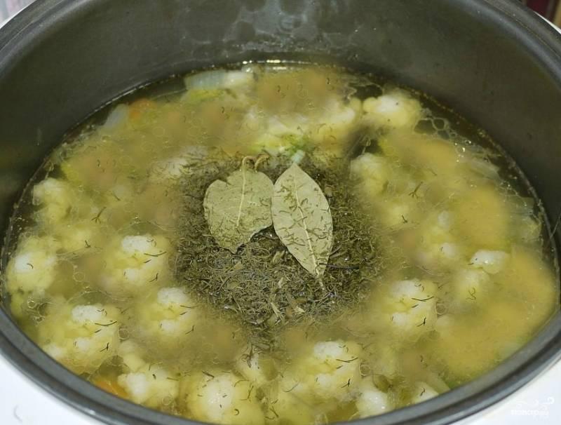 """Перекладываю обжаренные овощи в отдельную посуду. Наливаю в емкость мультиварки воду, кладу туда подготовленные части разделанной курицы. Закрываю мультиварку, ставлю режим """"Варка"""" или """"Суп"""". Не забывайте проверять суп во время варки. Нужно обязательно снимать пену. Через час бросаем картошку и цветную капусту. Кладем сушеную зелень, соль и лавровый лист."""