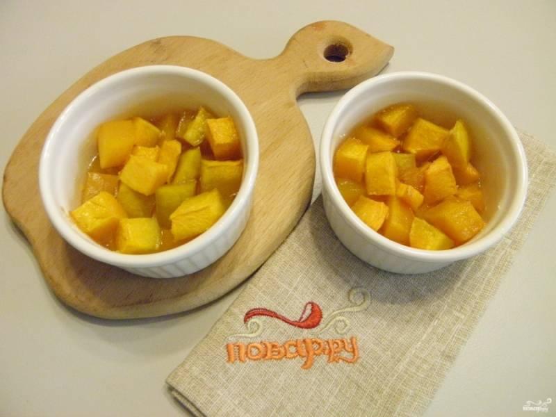 Тыква кусочками с сахаром готова! Ее можно подать с мятой или кисло-сладкими ягодными соусами. Приятного аппетита!