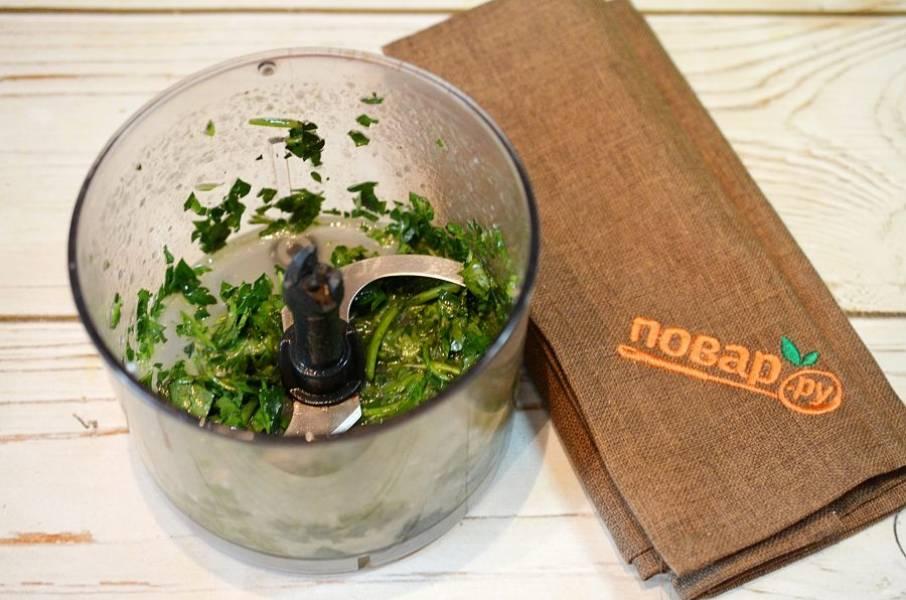 2. Травы вместе с сахаром, маслом и солью измельчите в блендере.