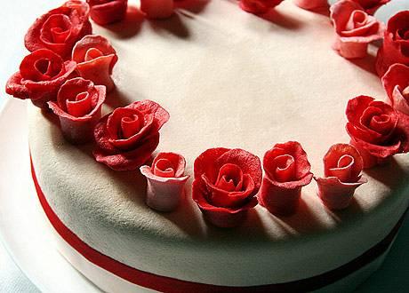 Украшаем торт. Я украсил маленькими розочками из мастики, прикрепленными с помощью растопленного белого шоколада. Перед подачей, ставим торт на пару часов в холодильник. Приятного аппетита!