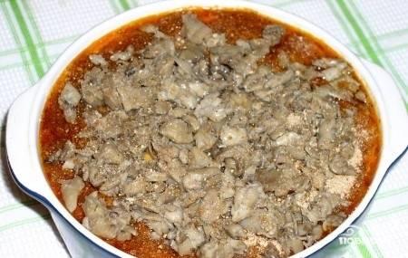 Засыпьте блюдо грибами и отправьте в духовку при 180 градусах.