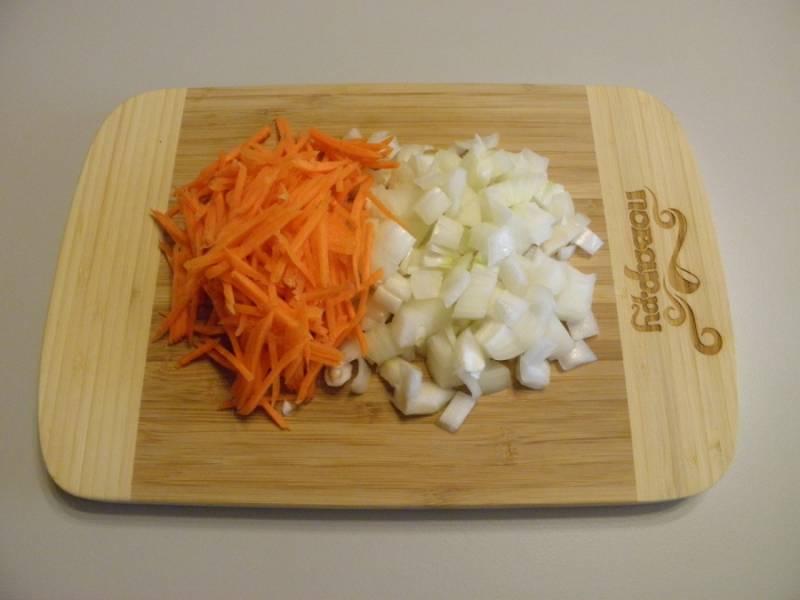 3. Очистите лук и морковь. Лук порежьте кубиками, морковь натрите на крупной терке.