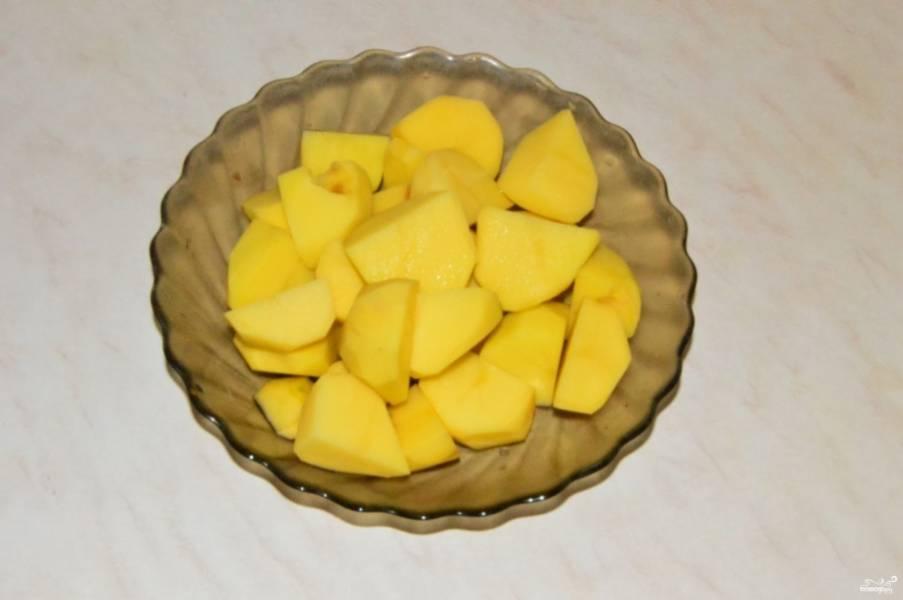 Картошку почистите и порежьте кубиками.