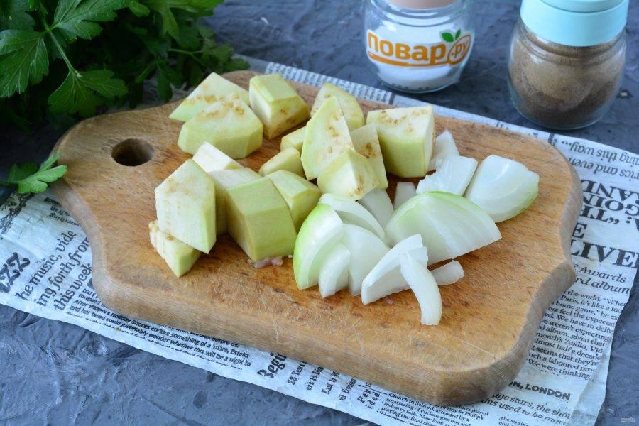 Почистите лук и баклажаны, нарежьте овощи кубиками.