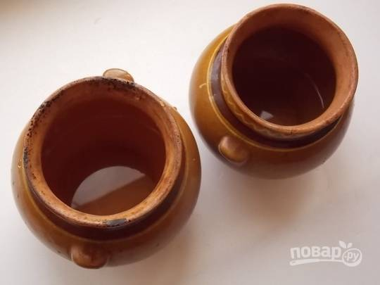 2. На дно горшочка налейте чуточку воды и положите при желании для аромата лавровый лист.