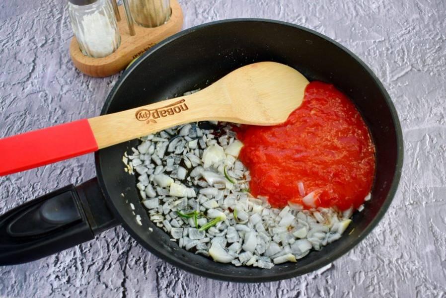4.    Лук, чеснок измельчите, пассеруйте на разогретом оливковом масле до мягкости. Помидоры перебейте блендером в пюре, влейте на сковороду. Добавьте соль, перец и орегано,  готовьте на среднем огне до образования густой и однородной массы.