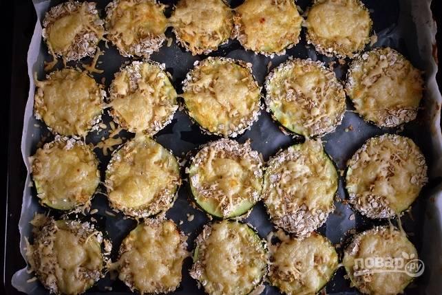 Запекайте кабачки в разогретой до 180 °C духовке в течение 15 минут до румяной корочки.