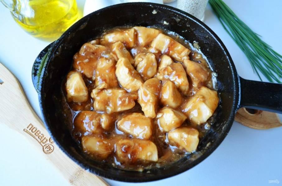 В конце жарки влейте тонкой струйкой смесь, постоянно помешивая, жарьте, пока кусочки мяса не станут покрыты соусом со всех сторон. На это уйдет всего пара минут, а то и меньше, соус быстро становится густым.
