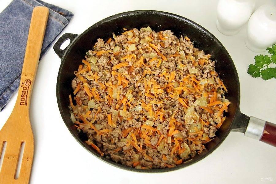 Обжарьте все вместе разбивая комочки фарша лопаткой в течение 2-3 минут. Как только фарш поменяет цвет, уберите начинку с плиты и дайте ей немного остыть.