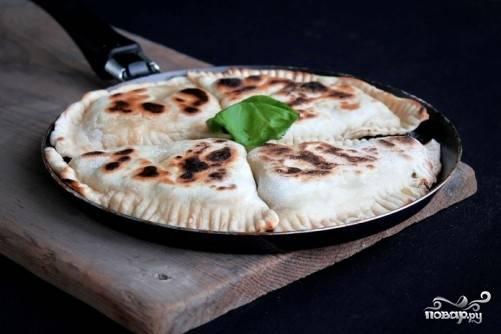 Отправляем кутабы на сухую горячую сковороду, жарим их на среднем огне до румяности с обеих сторон. Горячие кутабы смазываем сливочным маслом и подаем с овощами и соусом.