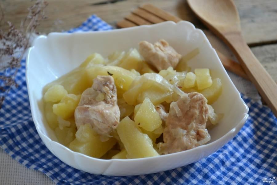 Отправьте банку с картошкой в холодную духовку, постепенно разогревайте ее до температуры 180 градусов. Запекайте 50 минут. Во время запекания дверцу духовки ни в коем случае не открывайте. Когда блюдо будет готово, выключите духовку и дайте ей остыть всего 15 минут, затем открывайте духовку и доставайте банки с готовым блюдом. Подавайте картошку с курицей горячей, присыпав свежей зеленью.