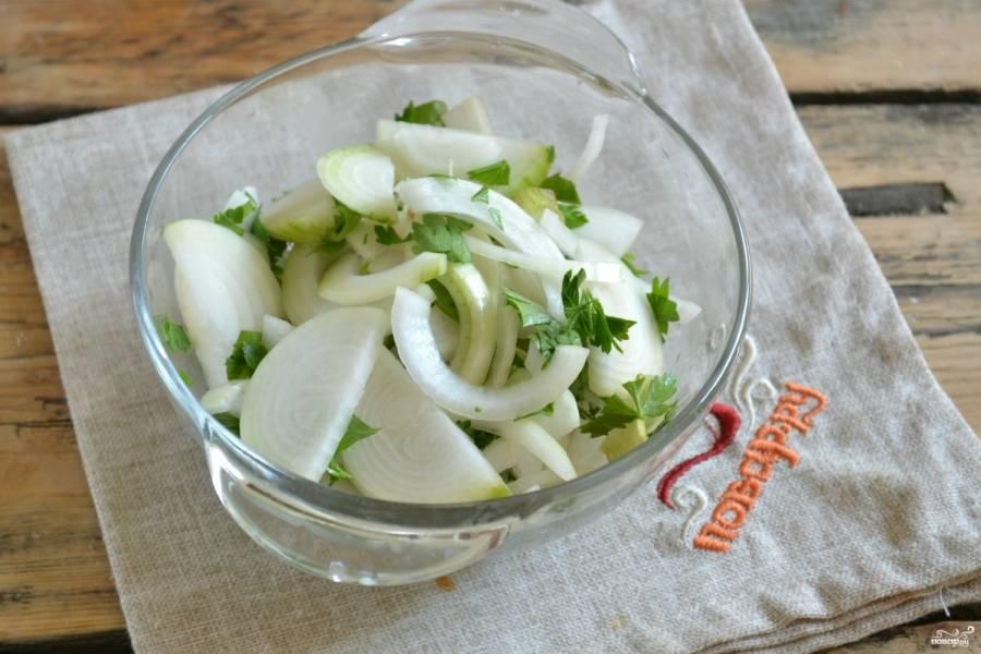 В миске смешайте лук с зеленью петрушки.