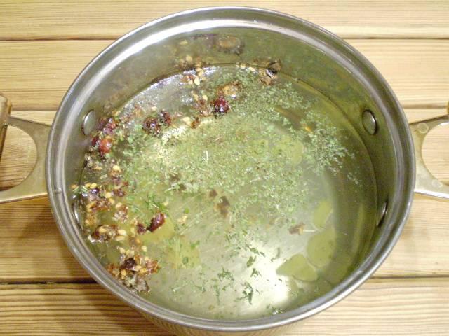 5. Берем нержавеющую посудину или термос, можно стеклянный сосуд, складываем составляющие настоя. Заливаем кипятком. Укутываем. Настаиваем час.