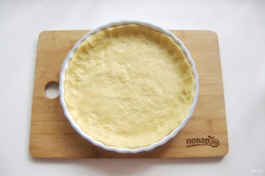 Тесто достаньте из холодильника и выложите в форму для выпечки, образуя бортики. Диаметр моей формы 20 сантиметров.