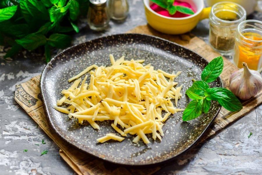 2. Твердый сыр используйте самый вкусный, натрите сыр на средней или мелкой терке.