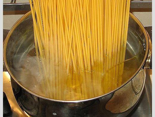 Можно отварить готовую лапшу или спагетти.