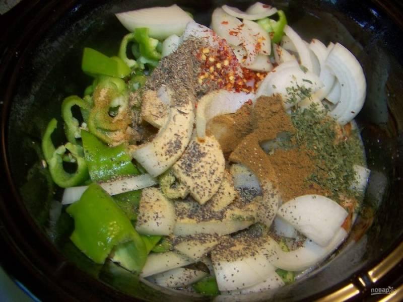 Сложите мясо, грибы и перец, нарезанный тонкими полосками. Всыпьте специи, влейте бульон и поставьте тушить на 1 час.