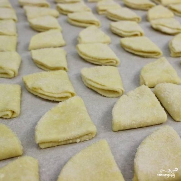 13. Выложите печенье на застеленный пергаментной бумагой противень сахарной частью вверх.