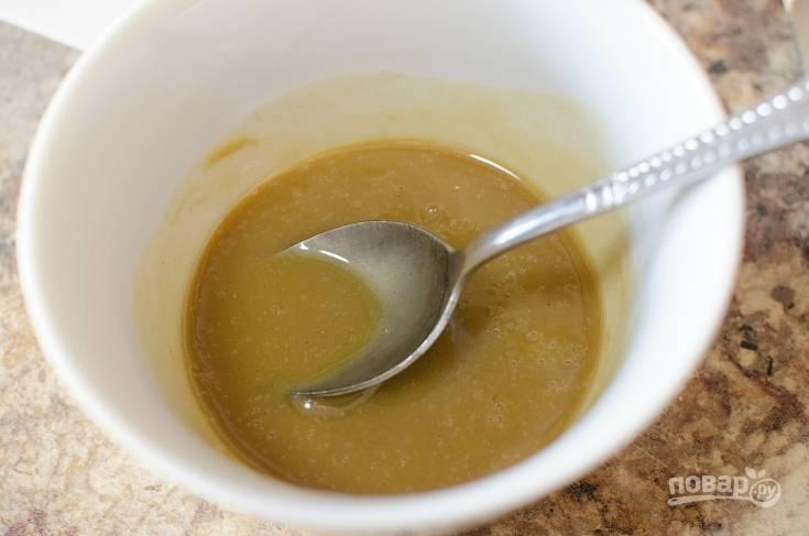 2. Сделайте соус, смешав горчицу и мёд.