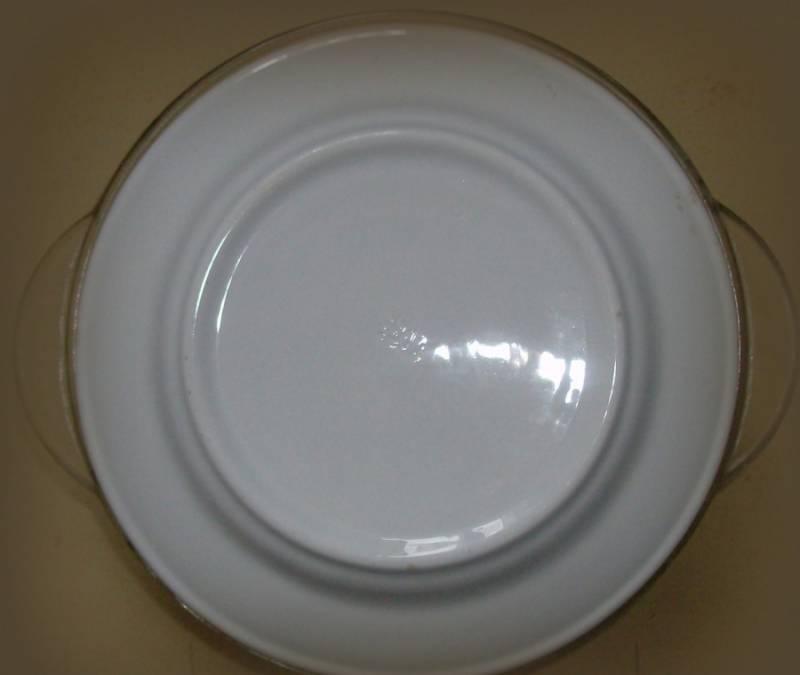 Емкость с рыбой необходимо плотно закрыть крышкой или тарелкой. Ставим в предварительно нагретую духовку тушиться. Тушим 1 час 20 минут, температура 190 градусов.