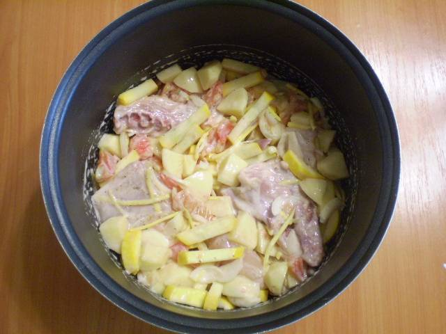 Складываем в кастрюлю овощи, мясо, соль, добавляем черный молотый перец или другие любимые специи. Я всегда добавляю орегано или майоран. Можно прованские травы включить. Заправить сметаной все, перемешать.